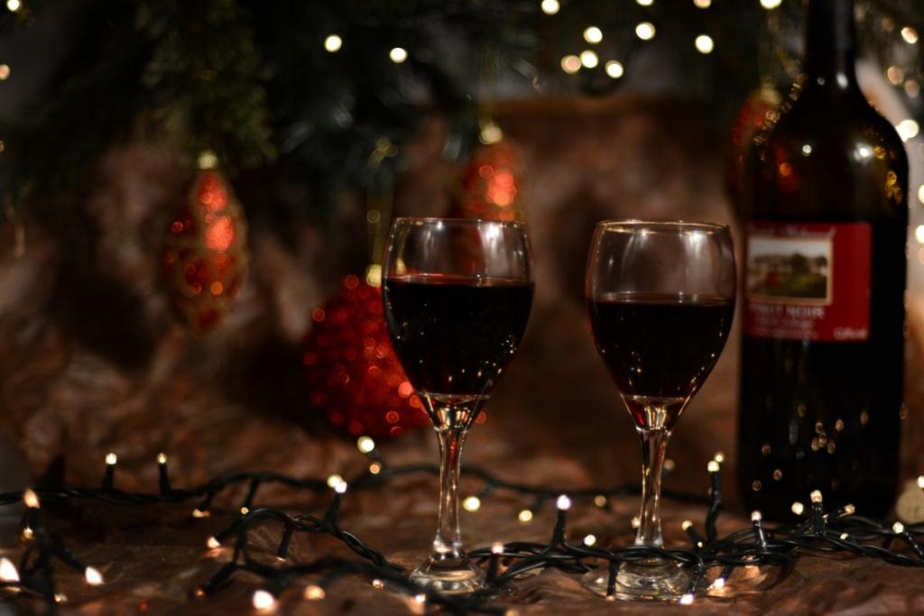 Vin rouge et arbre de Noël